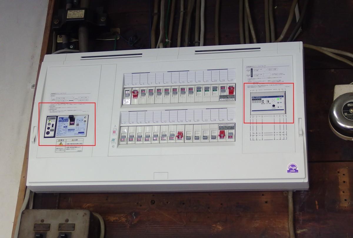 社務所に設置された放電検出ユニット「スパーテクト」と「感震ブレーカー」を搭載した分電盤