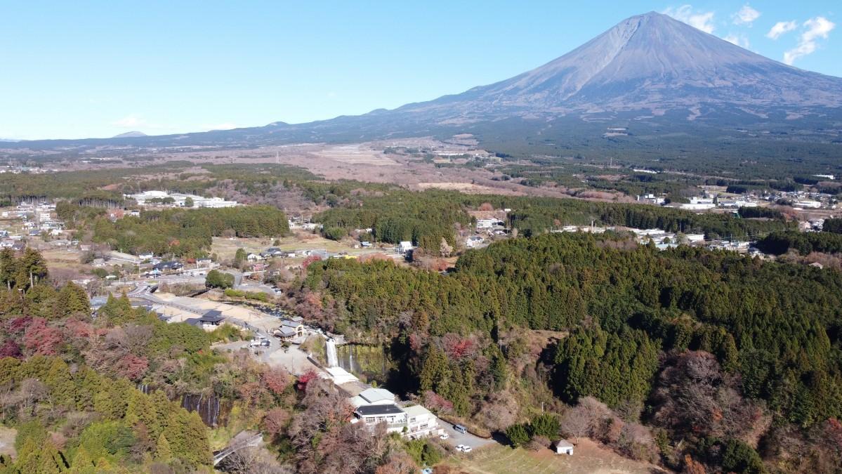 富士宮市白糸ノ滝付近と富士山