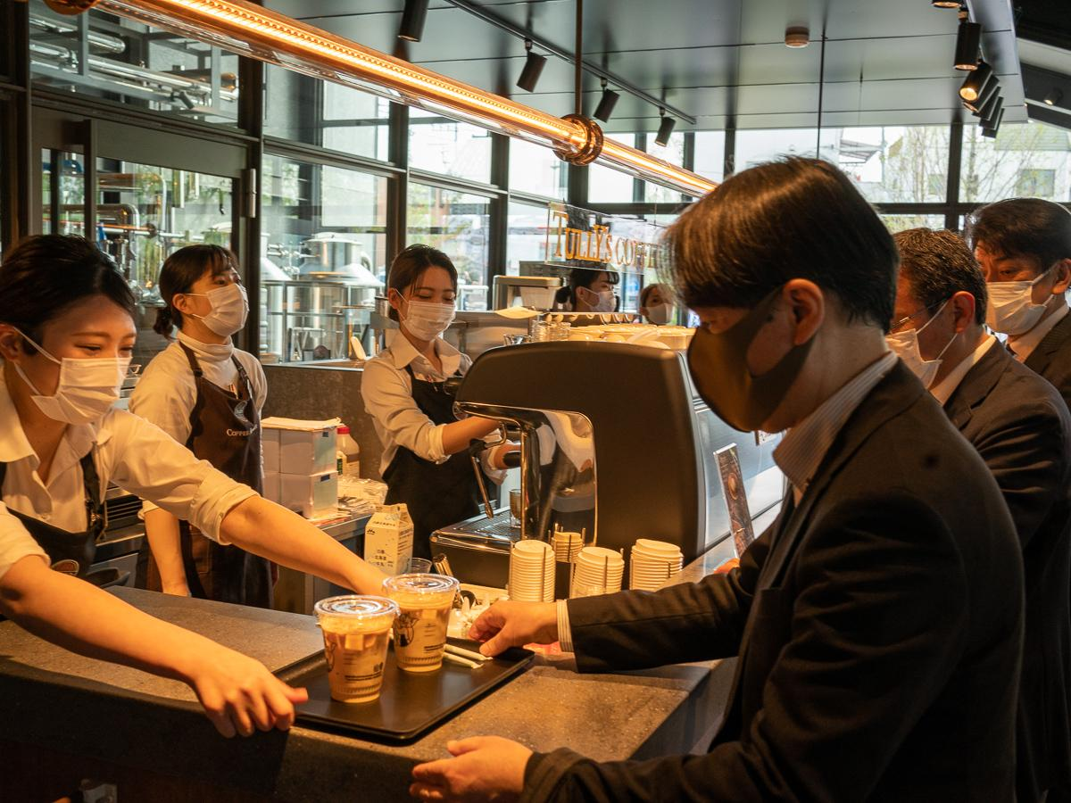 レセプションでコーヒーを提供するシーン