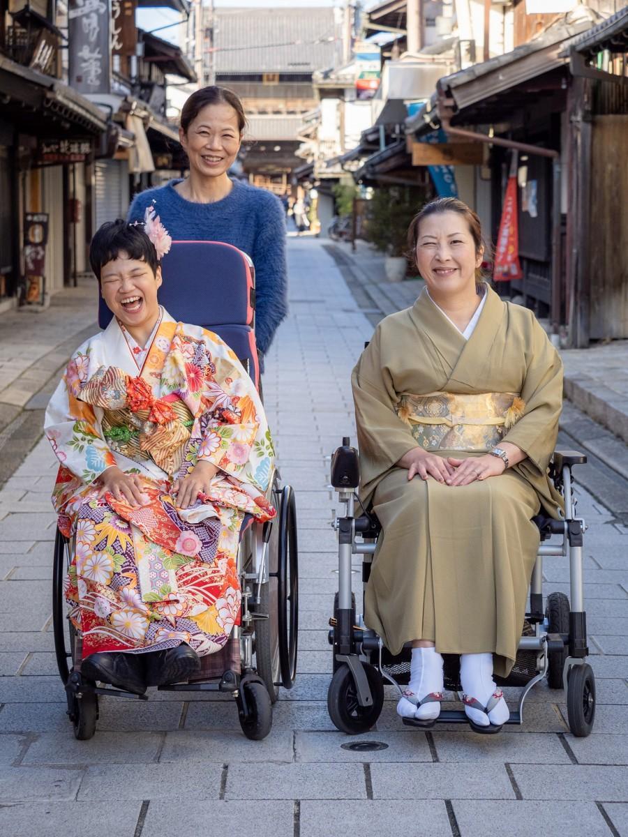 (左)貸し出し用の振り袖を着用した女性、(右)木村さん