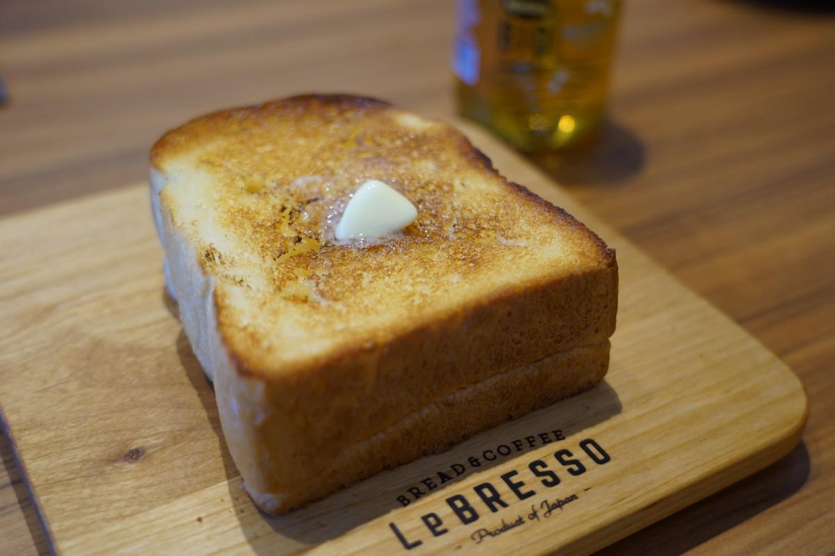 イートインで人気「厚切りバタートースト」(390円)