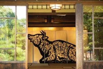長浜・慶雲館で「早川鉄兵 切り絵の世界」展 国指定名勝の庭園に切り絵配置