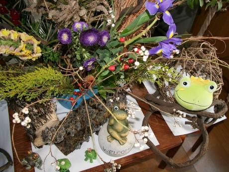 柿沼さんが集めた草木とカエルグッズ