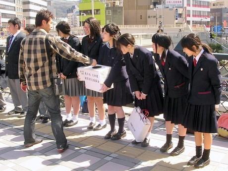 長崎駅前高架広場で募金活動する長崎生徒会連合のメンバー