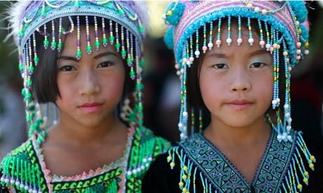 山岳民族の伝統衣装を着た現地の子どもたち