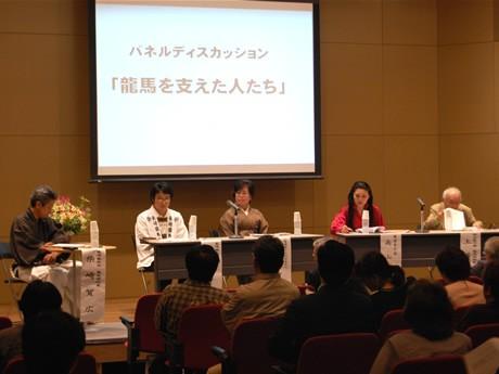 長崎歴史文化博物館で開催された「坂本龍馬ゆかりのご子孫と語る」シンポジウム