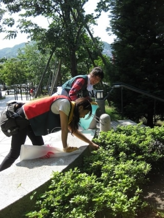 昨年の「ごみゼロそうじ」の様子(長崎水辺の森公園)