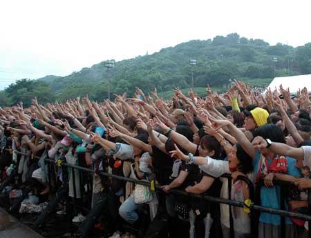 ステージに熱中する観客ら