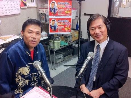 李文亮総領事(右)とパーソナリティーのあきやま辰夫さん(左)