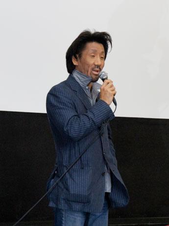 舞台あいさつに立つ竹田信平監督