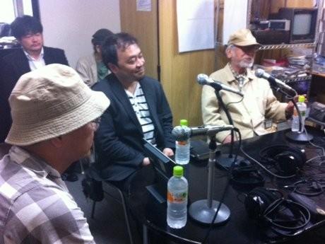 インタビューに答える森崎監督(右)、脚本の阿久根さん(中央)、井之原プロヂューサー(左奥)、原作者の岡野さん(左手前)
