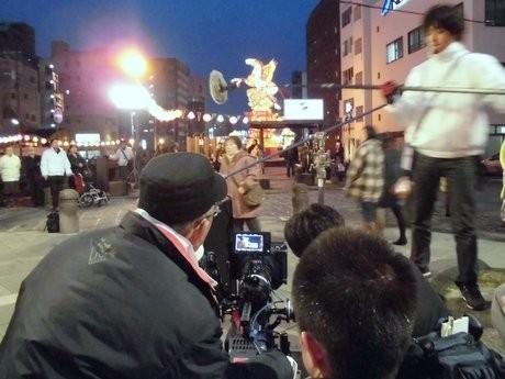 演技中の赤木春恵さん(手前左の黒い帽子は撮影監督の浜田毅さん)