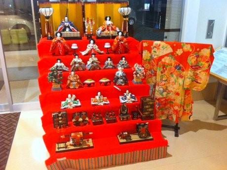長崎リハビリテーション病院の玄関横に展示する7段飾りと着物