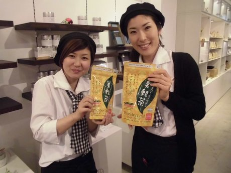 「美軽茶」を手に来店を呼び掛けるスタッフの竹内さん(右)と下村さん(左)