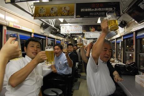 ビール電車の乗客らが乾杯(2011年の様子)