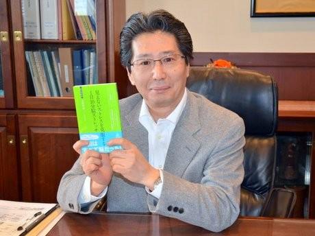 自著「見えないストレスを克服する1日10分ストレッチ」を手にする美野田さん。