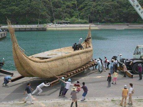 高知県足摺岬から日本初の大型葦船カムナ号で出航。潮と風の流れに運ばれて伊豆諸島神津島へ13日後に到着する約1,000kmの海旅。