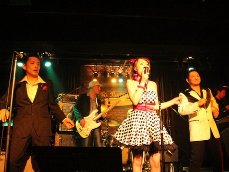 オールディーズバンド「ロングテール」のライブ風景
