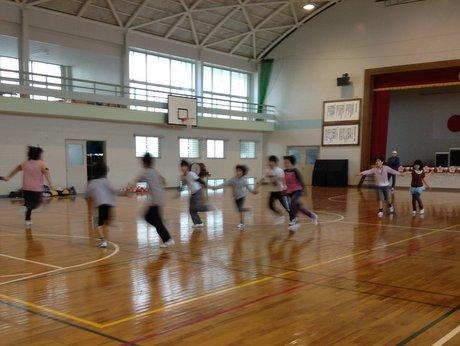 スポーツ鬼ごっこを楽しむ伊王島小学校の児童たち