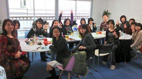 スタッフミーティングの様子。左端が小松玲奈さん