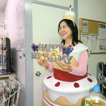 1周年記念パーティーの「バースデーケーキ」に扮する川嵜さん