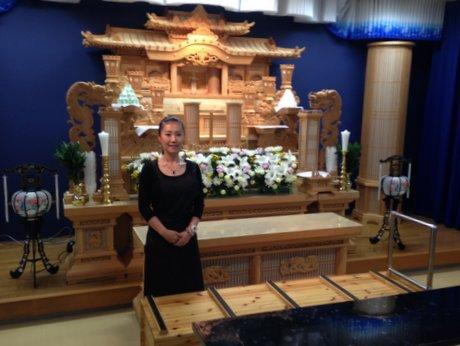 祭壇の前に立つ御手洗代表