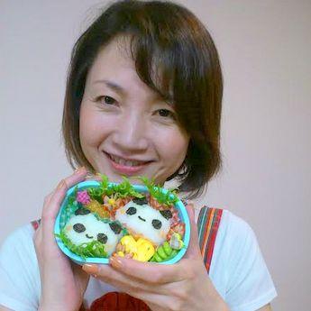 作品のキャラ弁を手にする講師の陣野純子さん