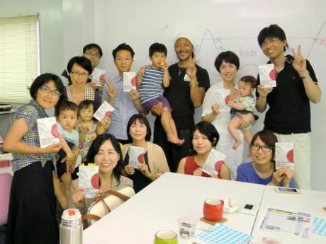 田中さんの話を聞くために集まった人たち。頭に白タオルをかぶるのが田中さん