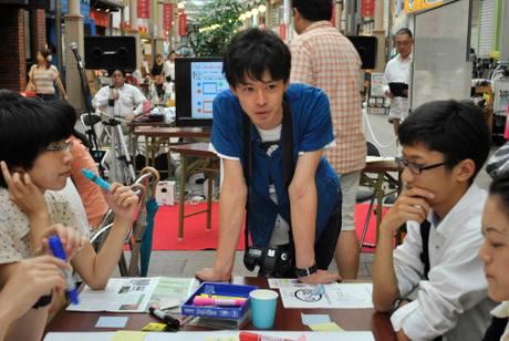 参加者と話をするコーディネーターの森恭平さん(26)