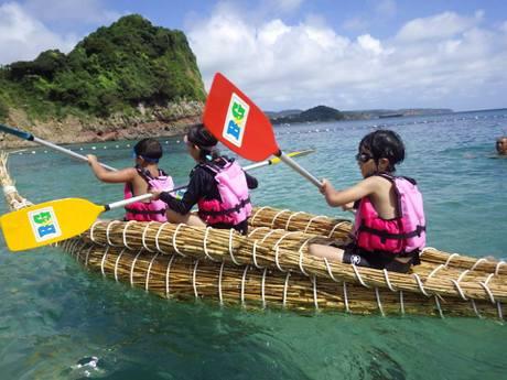 アシ船を漕(こ)ぐ子どもたち