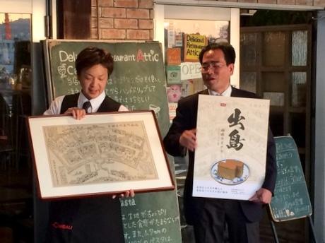 披露会で古版画を説明する野田信治社長(左)と森淳社長(右)
