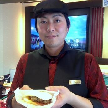 「ぜひ食べてください」と呼び掛ける真玉橋極人(まだんばしきわと)店長