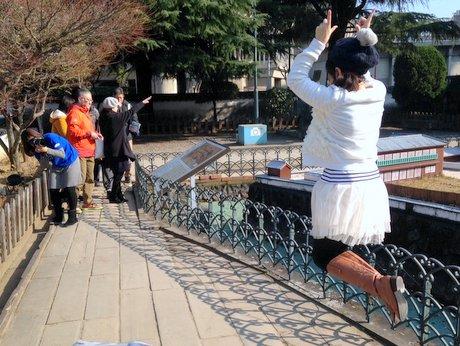 ミニ出島の撮影でジャンプする参加者