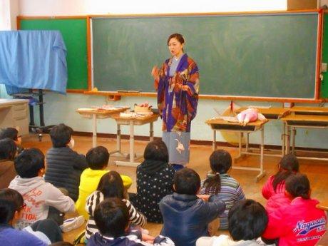 小学校の「お話会」風景(大原万里亜さん提供)