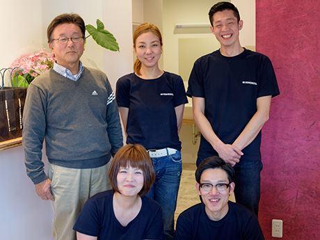 スタッフ。後列左から永元祥人社長、平田順子さん、平田賢史さん