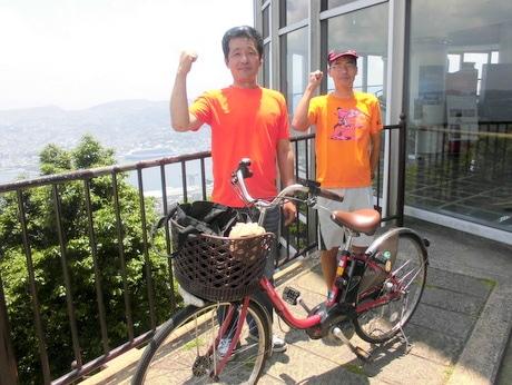 稲佐山登頂時の下川さん(左)