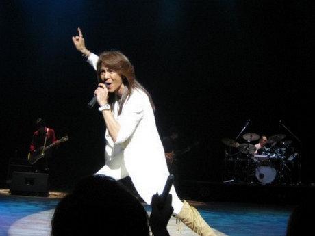 チャリティーライブで熱唱する響ローラさん(2011年)