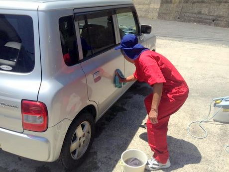 水拭き作業中の隊員