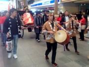 長崎の繁華街で「おいらん道中」 長崎女子高校龍踊り部「女みこし巡幸」も