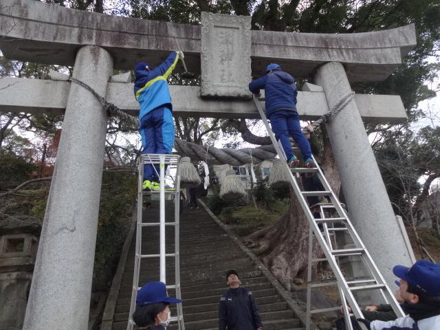 鳥居を清掃する海上自衛官たち