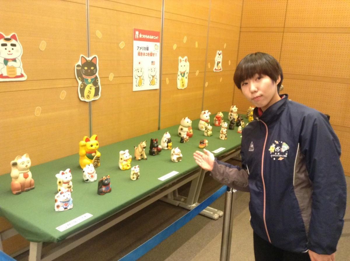 招き猫コーナーを紹介するスタッフの松本明日香さん