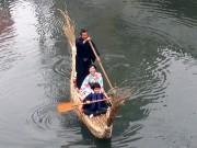 長崎・中島川で「アシ船乗船会」 眼鏡橋から出島まで和装で航行