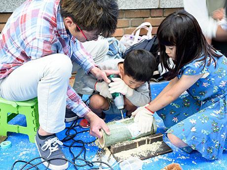 竹灯籠づくりを楽しむ井田さん親子