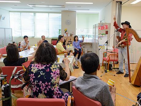 楽器を手にミニコンサートに参加する患者ら