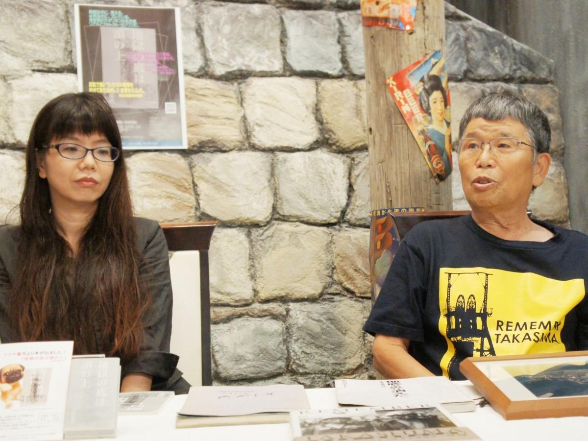記者会見に挑む著者の岩﨑さん(右)と娘のかのこさん