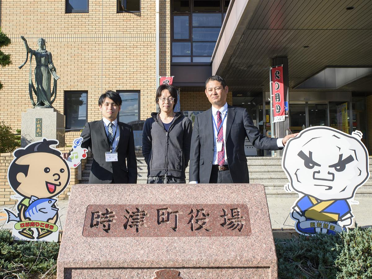 art.One株式会社一ノ瀬さん(中央)と町役場の大宅さん(左)、鬼塚さん(右)