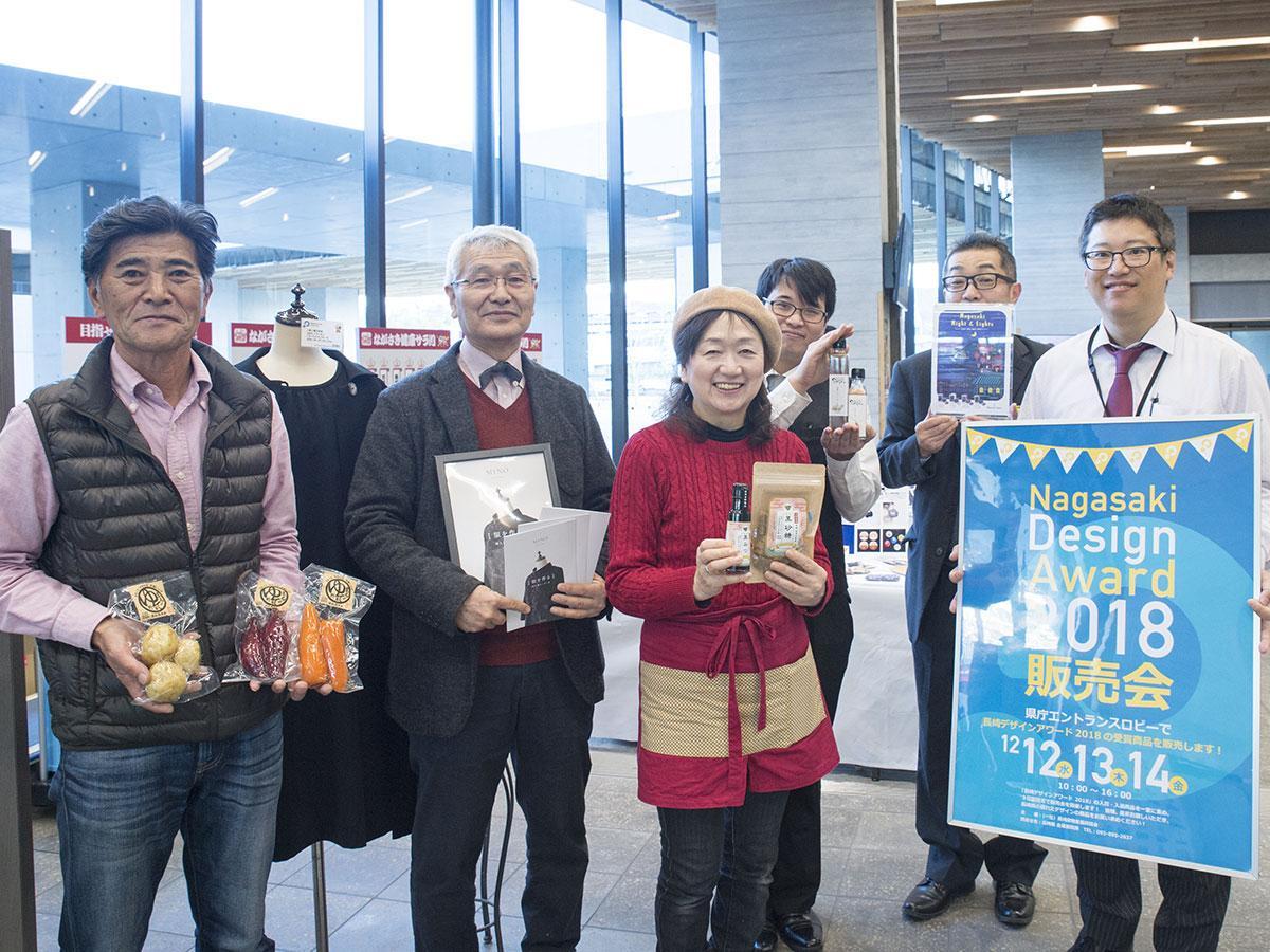 松田さん(右端)と商品を手にする出店者の皆さん