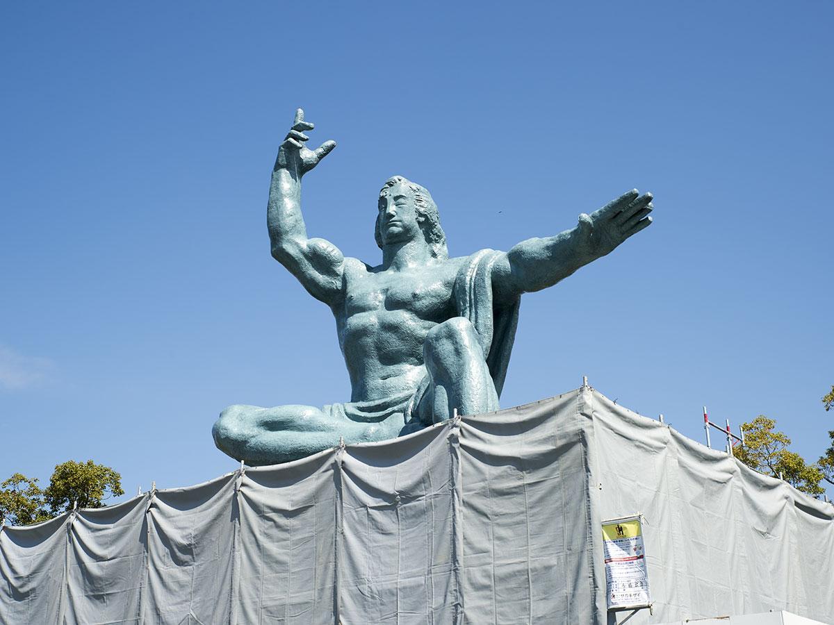 塗り替えを終え、足場が外される平和祈念像