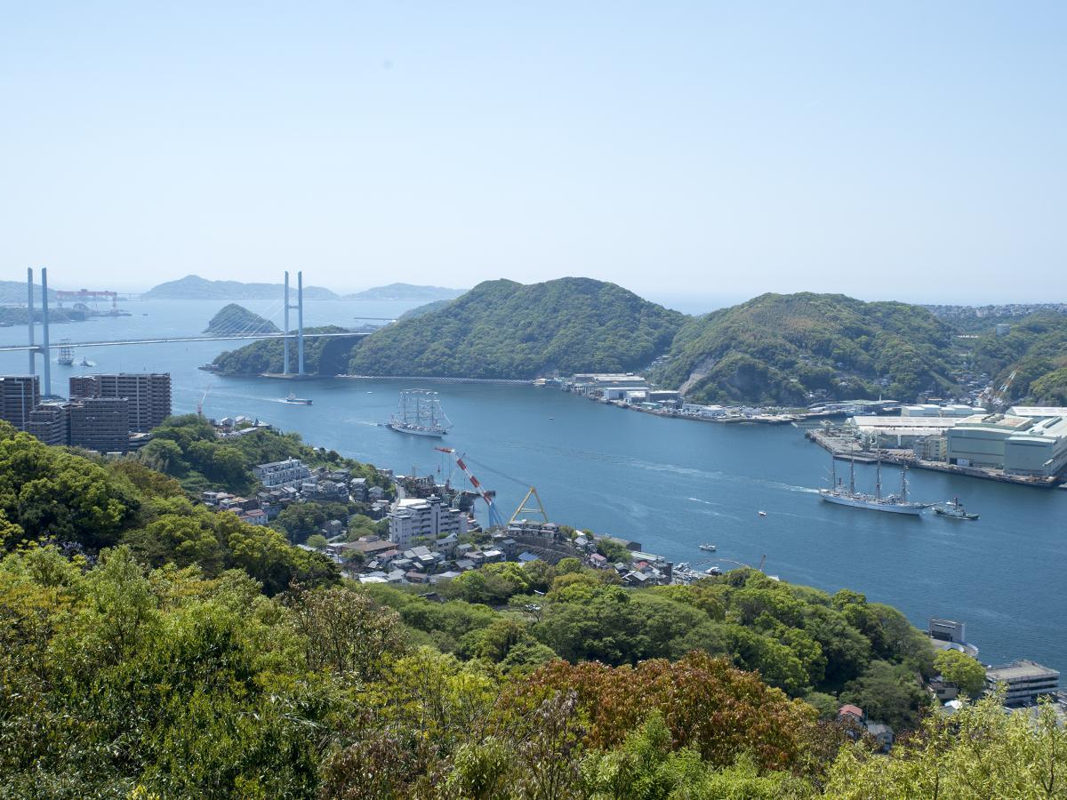 入港パレードを行う各国の帆船 先頭から日本丸、ナジェジュダ、パラダ