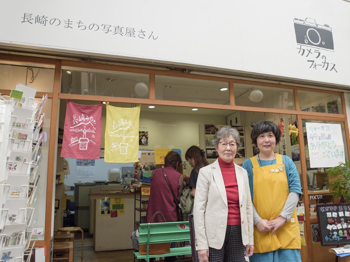 店頭に立つ店主の原口さんとスタッフの前田さん